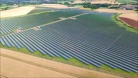 Vista aerea stupefacente del fuco sulla centrale elettrica rinnovabile del campo del pannello a energia solare verde urbano moder archivi video