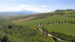 Vista aerea stupefacente della strada di bobina della campagna della Toscana in sprin Immagini Stock Libere da Diritti