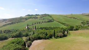Vista aerea stupefacente della strada di bobina della campagna della Toscana in sprin Immagine Stock Libera da Diritti