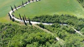 Vista aerea stupefacente della strada di bobina della campagna della Toscana in sprin Fotografia Stock