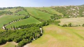 Vista aerea stupefacente della strada di bobina della campagna della Toscana in sprin Immagini Stock