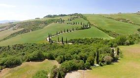Vista aerea stupefacente della strada di bobina della campagna della Toscana in sprin Fotografie Stock Libere da Diritti