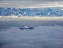 Vista aerea stupefacente delle alpi svizzere nebbiose e delle nuvole sopra il mou Immagine Stock