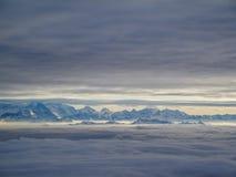 Vista aerea stupefacente delle alpi svizzere nebbiose e delle nuvole sopra il mou Immagini Stock