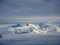Vista aerea stupefacente delle alpi svizzere nebbiose e delle nuvole sopra il mou Fotografie Stock