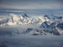 Vista aerea stupefacente delle alpi svizzere nebbiose e delle nuvole sopra il mou Fotografie Stock Libere da Diritti