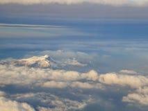 Vista aerea stupefacente delle alpi svizzere nebbiose e delle nuvole sopra il mou Fotografia Stock