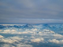 Vista aerea stupefacente delle alpi svizzere nebbiose e delle nuvole sopra il mou Immagine Stock Libera da Diritti
