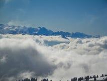 Vista aerea stupefacente delle alpi svizzere nebbiose e delle nuvole sopra il mou Fotografia Stock Libera da Diritti