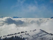 Vista aerea stupefacente delle alpi svizzere nebbiose e delle nuvole sopra il mou Immagini Stock Libere da Diritti