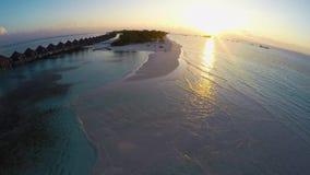 Vista aerea stupefacente sopra l'isola tropicale in Maldive durante il tramonto video d archivio