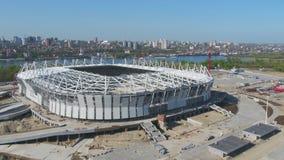 Vista aerea su costruzione e su ricostruzione di stadio di football americano Ricostruzione dello stadio per ospitare le partite  immagine stock