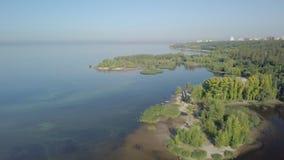 Vista aerea su paesaggio calmo con i laghi, fiume, panorama della città nel fondo stock footage