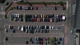 Vista aerea su parcheggio del supermercato archivi video