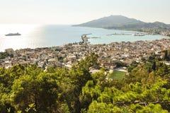 Vista aerea su vista sul mare con la località di soggiorno, il porto ed il traghetto della città in mare immagini stock libere da diritti
