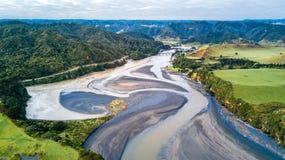 Vista aerea su un ponte che attraversa un fiume che passa la valle della montagna Regione di Taranaki, Nuova Zelanda Immagini Stock