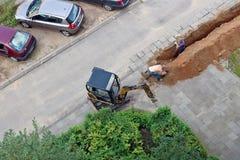 Vista aerea sui lavoratori che scavano una fossa Fotografia Stock