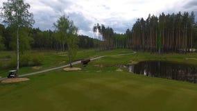 Vista aerea sul carretto di golf sul campo da golf nel pomeriggio con lo spazio della copia Club di golf dell'elite Immagini Stock