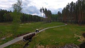 Vista aerea sul carretto di golf sul campo da golf nel pomeriggio con lo spazio della copia Club di golf dell'elite Immagine Stock