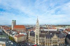 Vista aerea sul Frauenkirche e municipio al Marienplatz fotografie stock libere da diritti