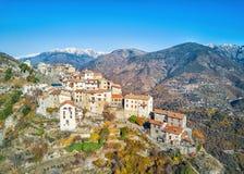 Vista aerea sul paesino di montagna medievale di Bairols, Francia Fotografie Stock