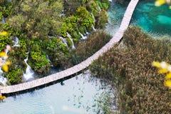 Vista aerea sul ponte di legno sopra il lago, laghi Plitvice immagini stock