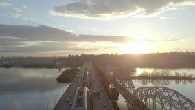 Vista aerea sul ponte di traffico sopra il fiume nel giorno soleggiato di autunno, automobili sul ponte archivi video