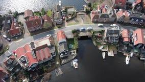 Vista aerea sul villaggio olandese storico costruito sulla diga video d archivio