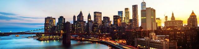 Vista aerea sull'orizzonte della città in New York, U.S.A. alla notte Grattacieli famosi fotografie stock