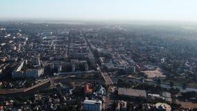 Vista aerea sulla città con il fiume archivi video