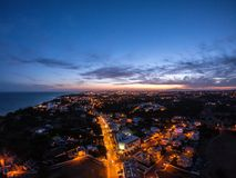 Vista aerea sulla citt? alla notte, Albufeira, Portogallo Vie illuminate al tramonto immagine stock