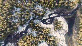 Vista aerea sulla foresta rurale della natura selvaggia con il lago e sulla neve che si fonde in primavera immagini stock