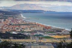 Vista aerea sulla linea costiera della città di Linea della La Vista dalla roccia di Gibilterra Fotografie Stock