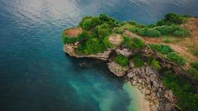 Vista aerea sulla scogliera e sulla riva della roccia immagine stock libera da diritti