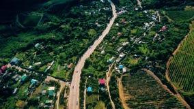 Vista aerea sulla strada suburbana con le automobili, i camion e l'altro tranportation in montagne archivi video