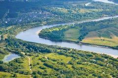 Vista aerea sulla terra di inondazione il grande fiume durante l'estate Fotografia Stock