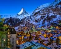 Vista aerea sulla valle di Zermatt e picco del Cervino all'alba Fotografia Stock Libera da Diritti
