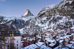 Vista aerea sulla valle di Zermatt e picco del Cervino all'alba Immagini Stock