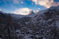 Vista aerea sulla valle di Zermatt e sul picco del Cervino Fotografia Stock
