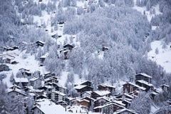 Vista aerea sulla valle di Zermatt e sul picco del Cervino Immagine Stock