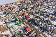 Vista aerea sulla via suburbana alla molla fotografia stock libera da diritti