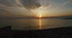 Vista aerea sulla vista panoramica meravigliosa sul tramonto sopra la bella polizia del lago (Lago di Garda) con le montagne, yac archivi video