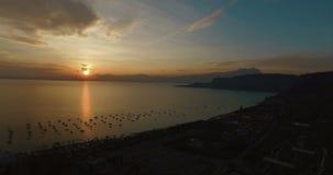 Vista aerea sulla vista panoramica meravigliosa sul tramonto sopra la bella polizia del lago (Lago di Garda) con le montagne, yac stock footage