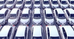 Vista aerea sulle automobili parcheggiate da vendere sopra molto Immagini Stock Libere da Diritti