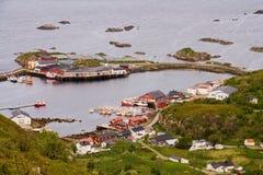 Vista aerea sulle case norvegesi tradizionali di Rorbu del pescatore nel piccolo villaggio della porta con gli isolotti intorno,  fotografie stock