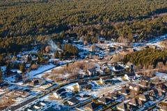 Vista aerea sulle case private nella foresta Fotografie Stock Libere da Diritti