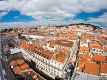Vista aerea sulle costruzioni e sulla via in Lisbona, Portogallo Tetti arancio nel centro urbano fotografia stock libera da diritti