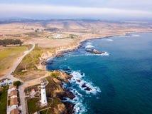 Vista aerea sulle scogliere californiane dell'oceano Pacifico fotografie stock libere da diritti
