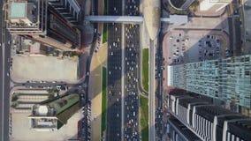 Vista aerea superiore affascinante del fuco sulla strada di grande traffico della strada principale e sui grattacieli moderni nel stock footage