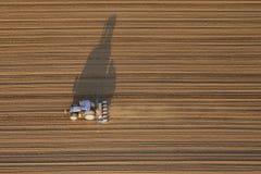 Vista aerea superiore di un funzionamento del trattore il campo immagine stock libera da diritti